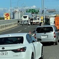 【大事故】名古屋高速16号一宮線で事故発生!「す、すごい事故だ……大型バスと貨物がぶつかって貨物が横転してる」