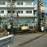 【電車遅延】JR中央本線 下諏訪駅近くの踏切で追突事故発生!車が線路内で侵入し立ち往生!「ここいつかこんな事故あると思ったが。」
