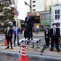 【悲報】立憲 枝野幸男氏、点字ブロックを塞いで演説してしまう!「歩いている時に点字ブロックを通ってしまうのはしょうがないけど、ずっといるのはダメなんだよ。」