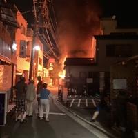 【火災】東京都荒川区町屋2丁目付近で火事発生!「ボンボンうっせぇなぁって思ってたら『火事です』って聞こえてきて近くの神社の前が燃えてたわ。」