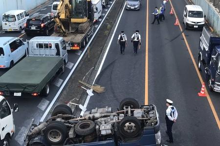 【横転事故】環状七号線 世田谷代田駅近くでトラック転覆「運転手が意識がないらしい」まとめのカテゴリ一覧まとめまとめについて関連サイト一覧