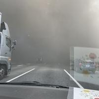 【火災】東名高速 足柄SA付近で火事発生!「煙で見通しが0なのに停まらずに煙の中に突っ込む車が多いのは信じられないなぁ。」