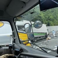 【交通事故】新東名 下り 新静岡IC付近でトラックなど複数絡む事故発生!「トラックの運転席が潰れて無くなっとる」