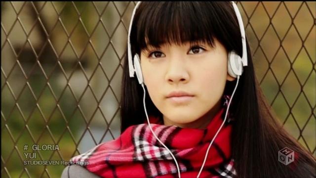 音楽を聴いている制服姿の岡本杏理