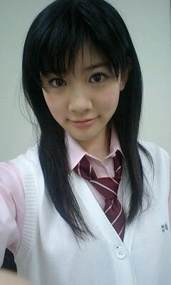 制服姿で自撮り撮影をしている岡本杏理
