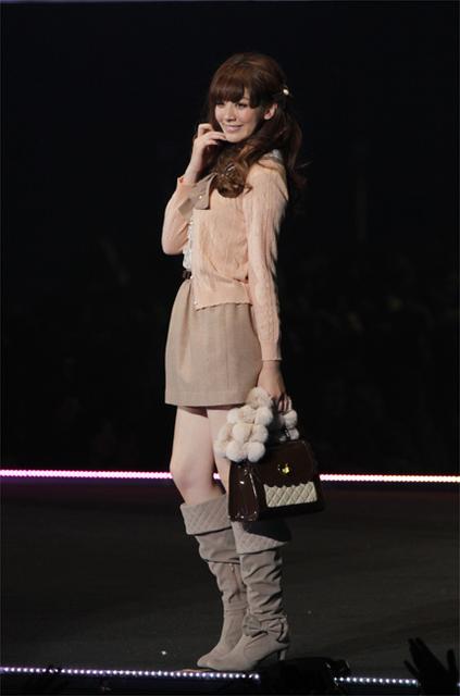 スカートを履いてバッグを持っている岡本杏理