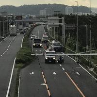 【事故】国道134号線 バイクが道路横断中の歩行者はねる事故発生! 運転手含む3人死亡!「134号線大型バイク2台の重大事故らしい 半ズボンで大型はやっぱりやばいな」