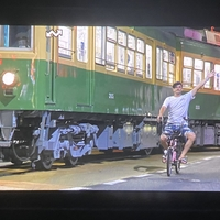 【動画】江ノ電300形 305Fの試運転に自転車に乗った外国人が並走!撮り鉄ブチギレ!「ええ写真撮れとるやん可愛い😊 」