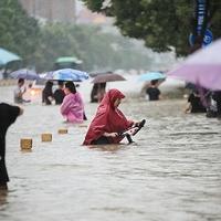 【洪水・水没】中国 河南省鄭州市で1時間に200ミリを超えるゲリラ豪雨!地下鉄が水没!道路は川と化す!「ウィルス兵器か気象兵器か と言ったところか!とにかくやばい 」