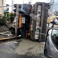 【事故】あきる野市山田 山田通りでトラック横転し電柱なぎ倒す事故発生!「本当に怖すぎる。命があるだけ良かった。」