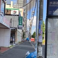 【火災】横浜市西区で火事発生!「横浜ー戸塚間の沿線でマンションの最上階が煙吹いてたけど火事?」