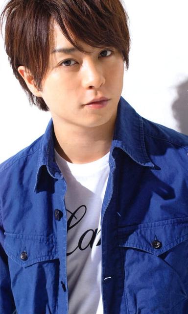 青いシャツを着る櫻井翔